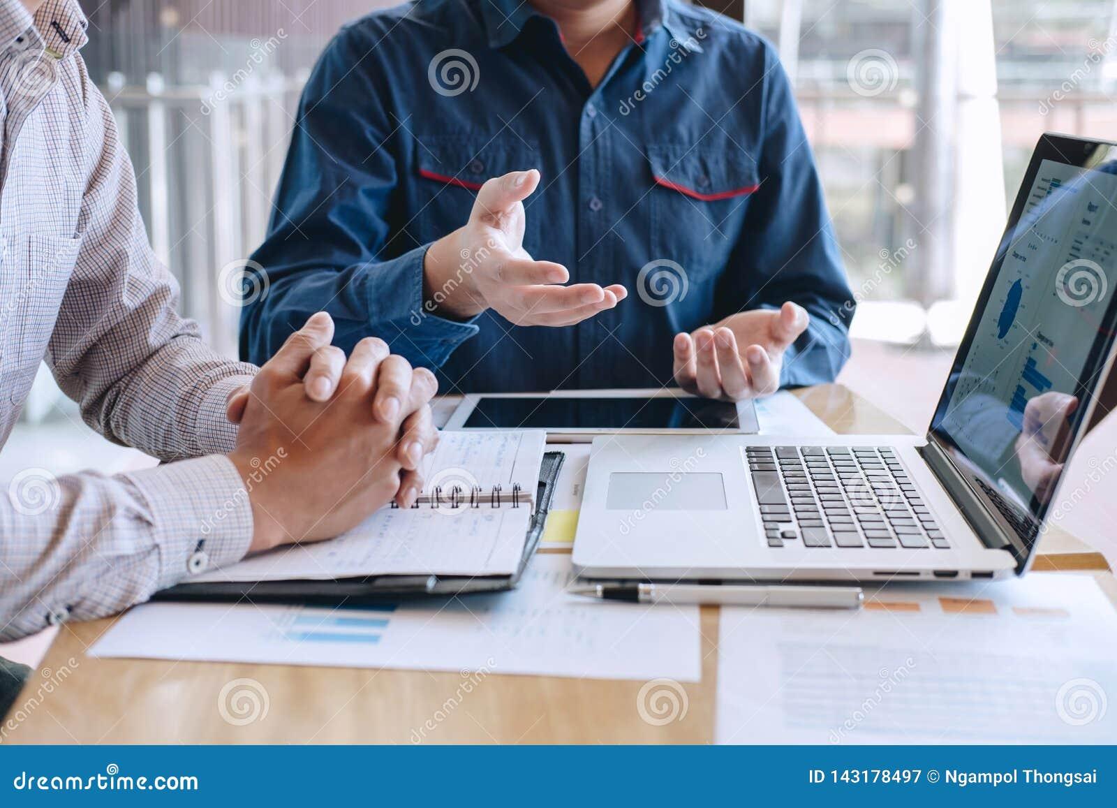 Grupo do colega de trabalho do trabalho de escritório junto, conversação de fatura ocasional do negócio com projeto da apresentaç