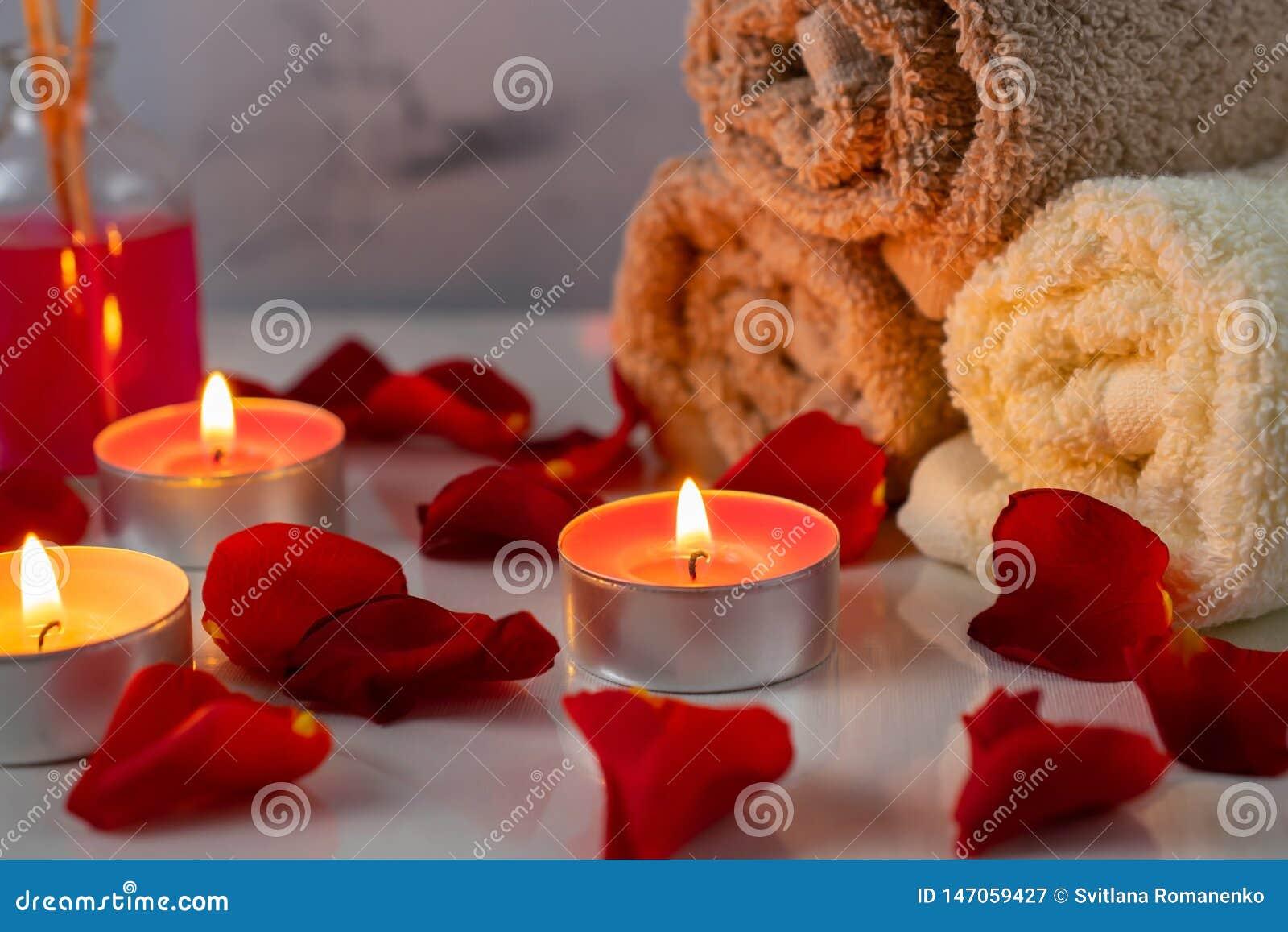 Grupo do tratamento dos termas com ?leo scented, velas, as p?talas cor-de-rosa e as flores