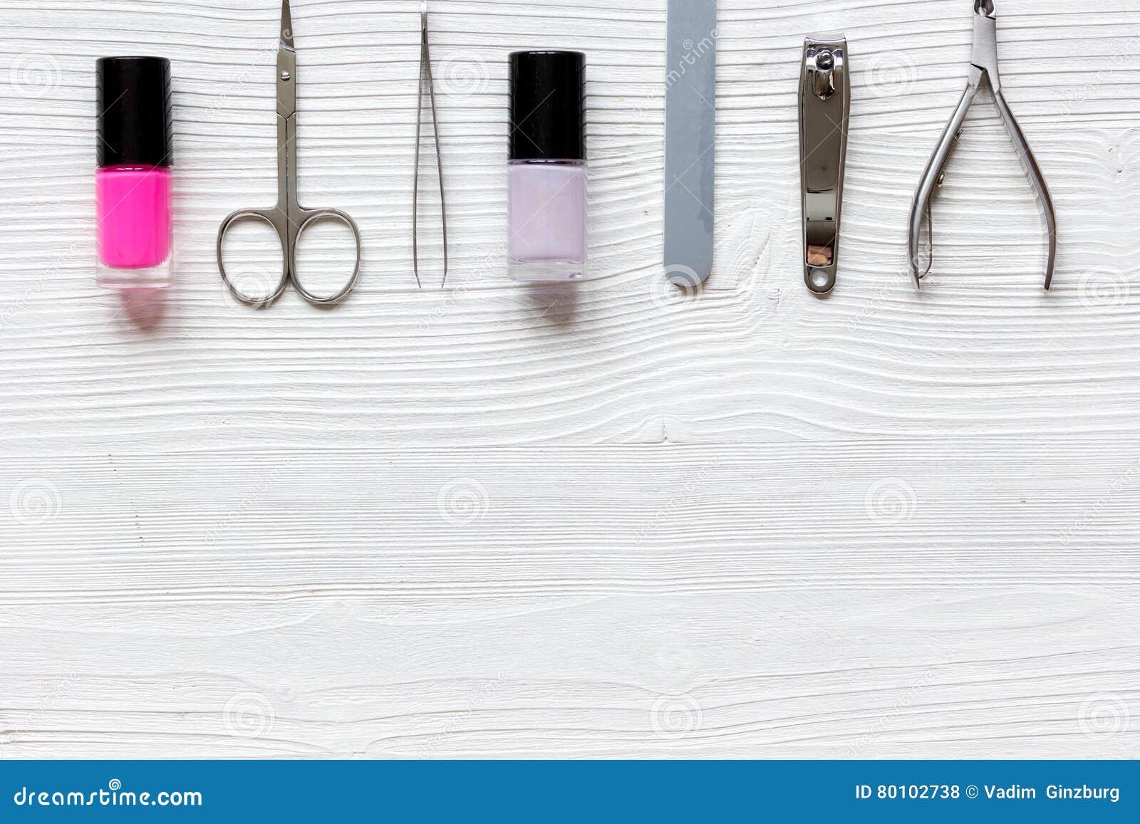 Grupo do verniz para as unhas e de tratamento de mãos no fundo de madeira