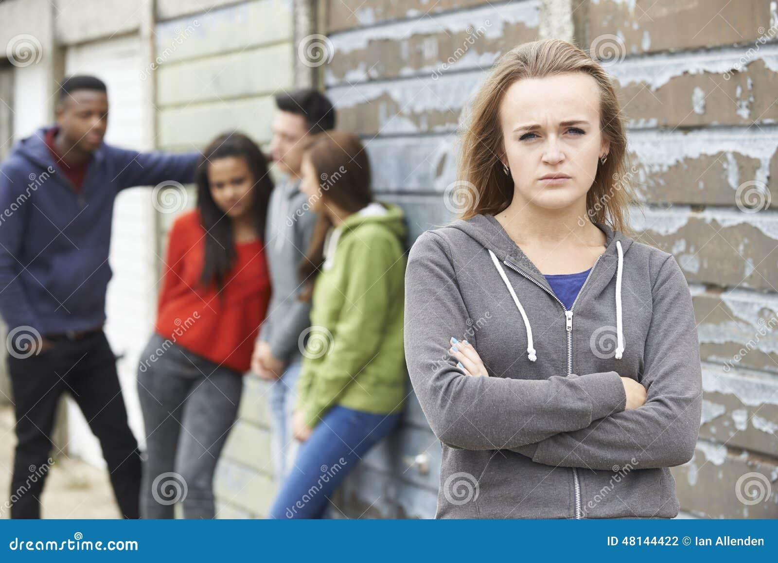 Grupo dos adolescentes que penduram para fora no ambiente urbano