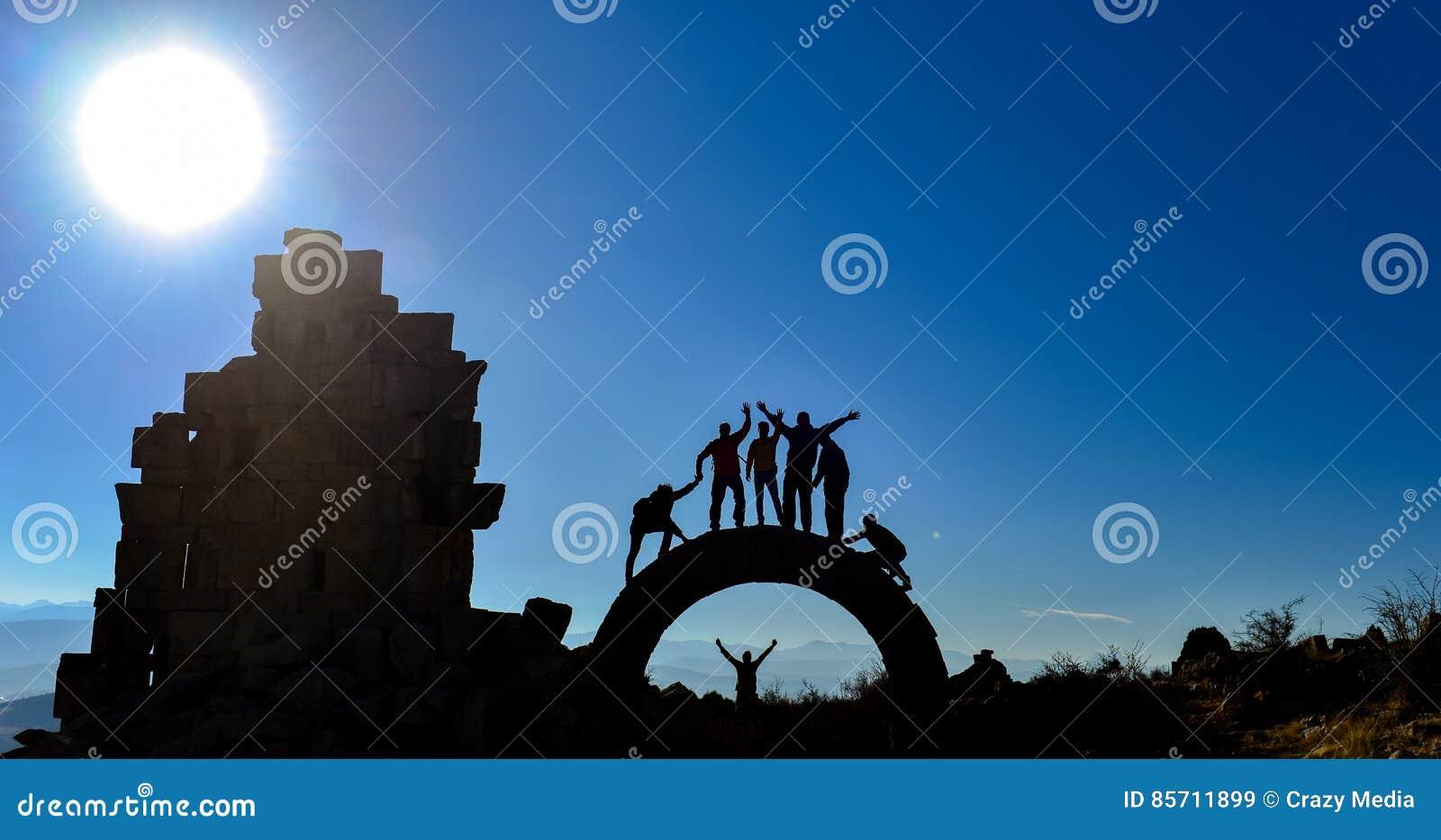 Grupo dos povos & do aventureiro da descoberta