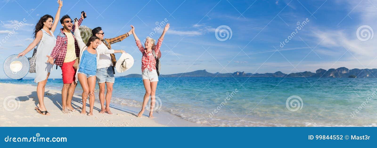 Grupo em férias de verão da praia, beira-mar de passeio de sorriso feliz dos jovens dos amigos