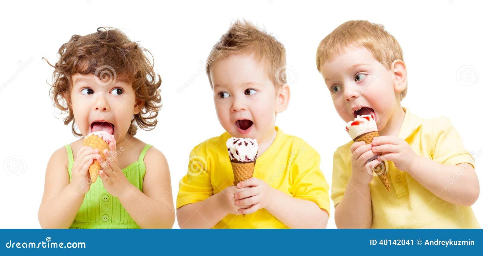 Grupo engraçado das crianças com o gelado isolado