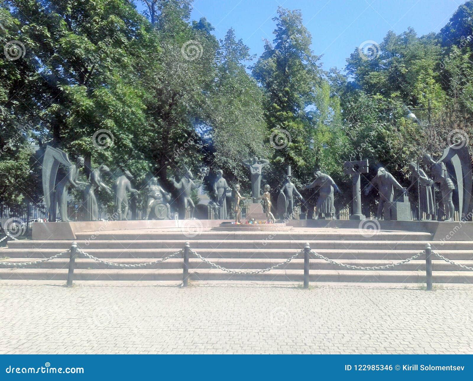 Grupo escultural El autor es Mikhail Shemyakin Niños - víctimas de vicios adultos