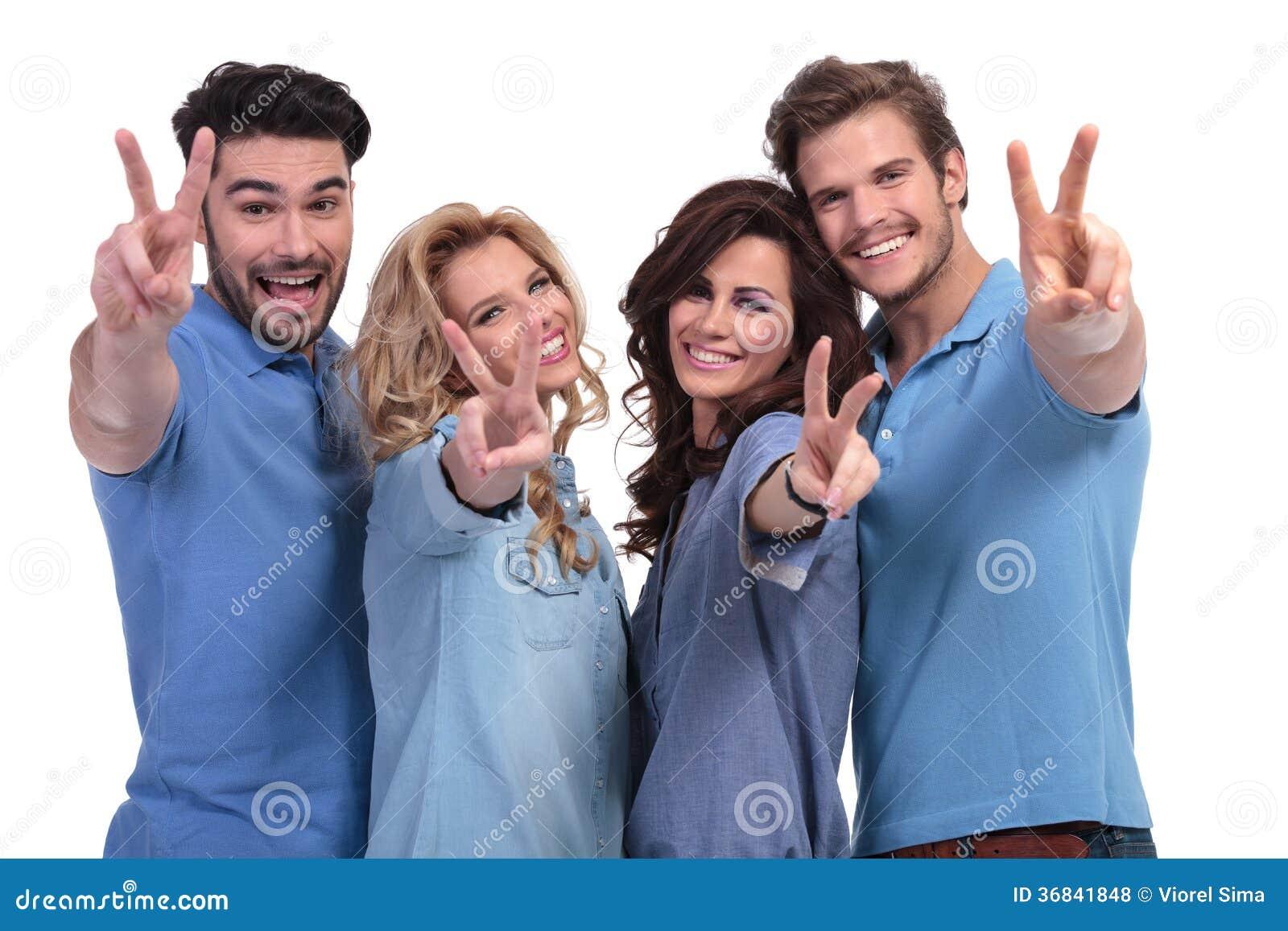 Grupo feliz de jovens que fazem a vitória han