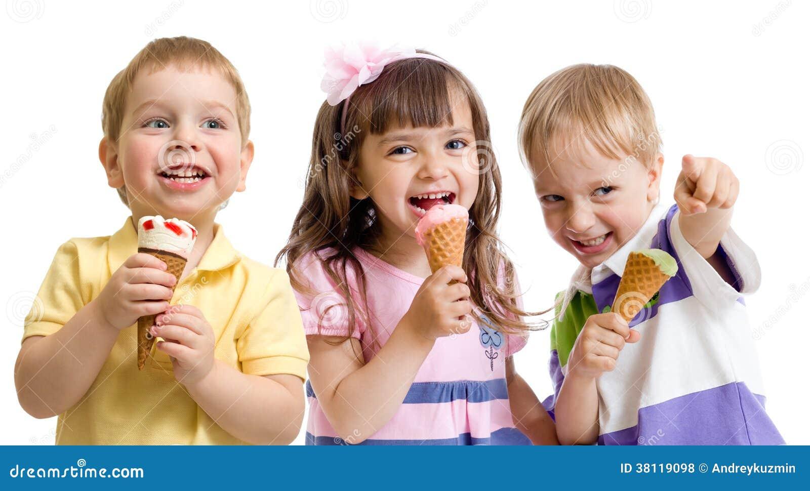 Grupo feliz de los niños o de los niños con el helado aislado