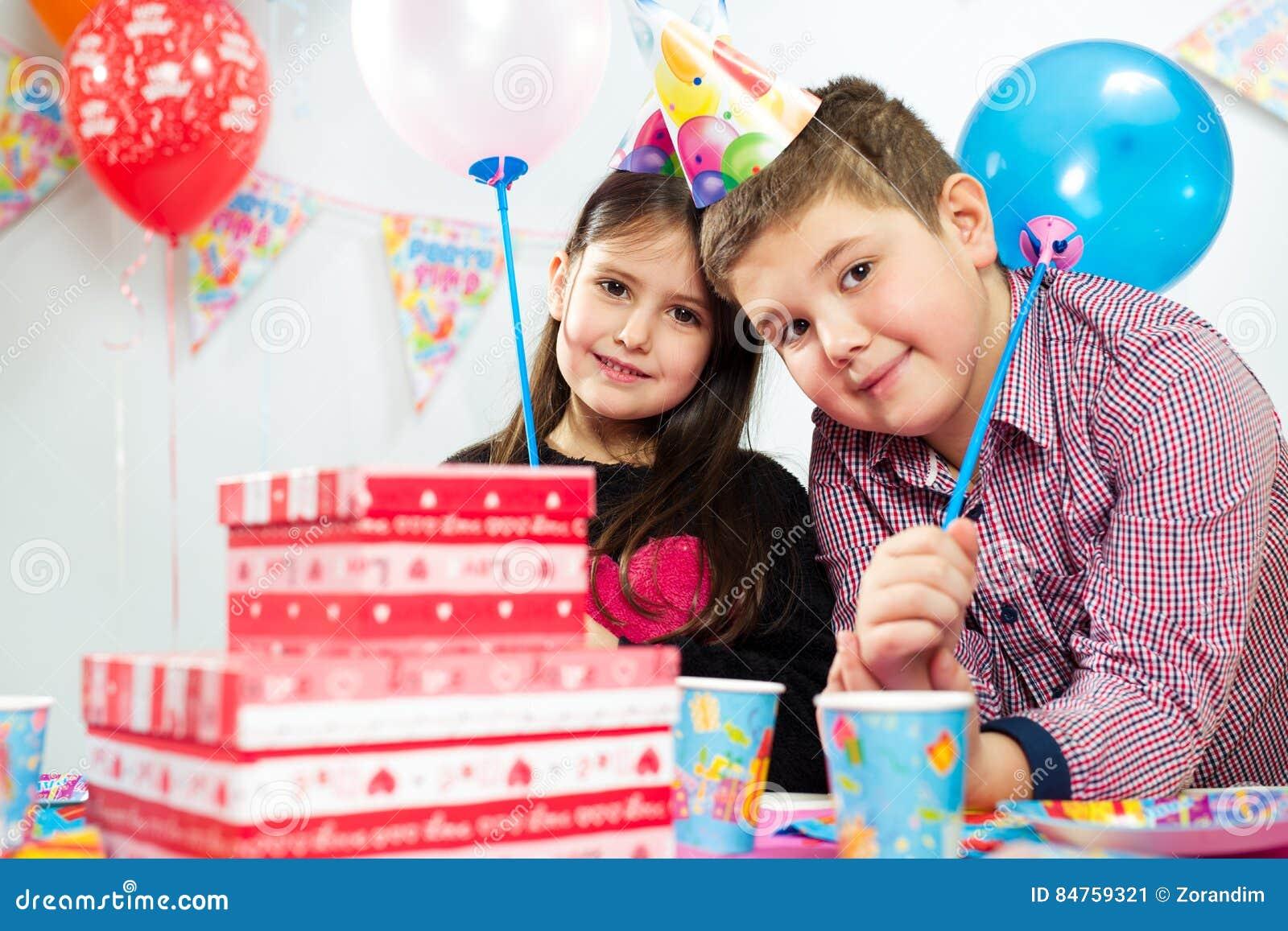 Grupo feliz de niños que se divierten en la fiesta de cumpleaños