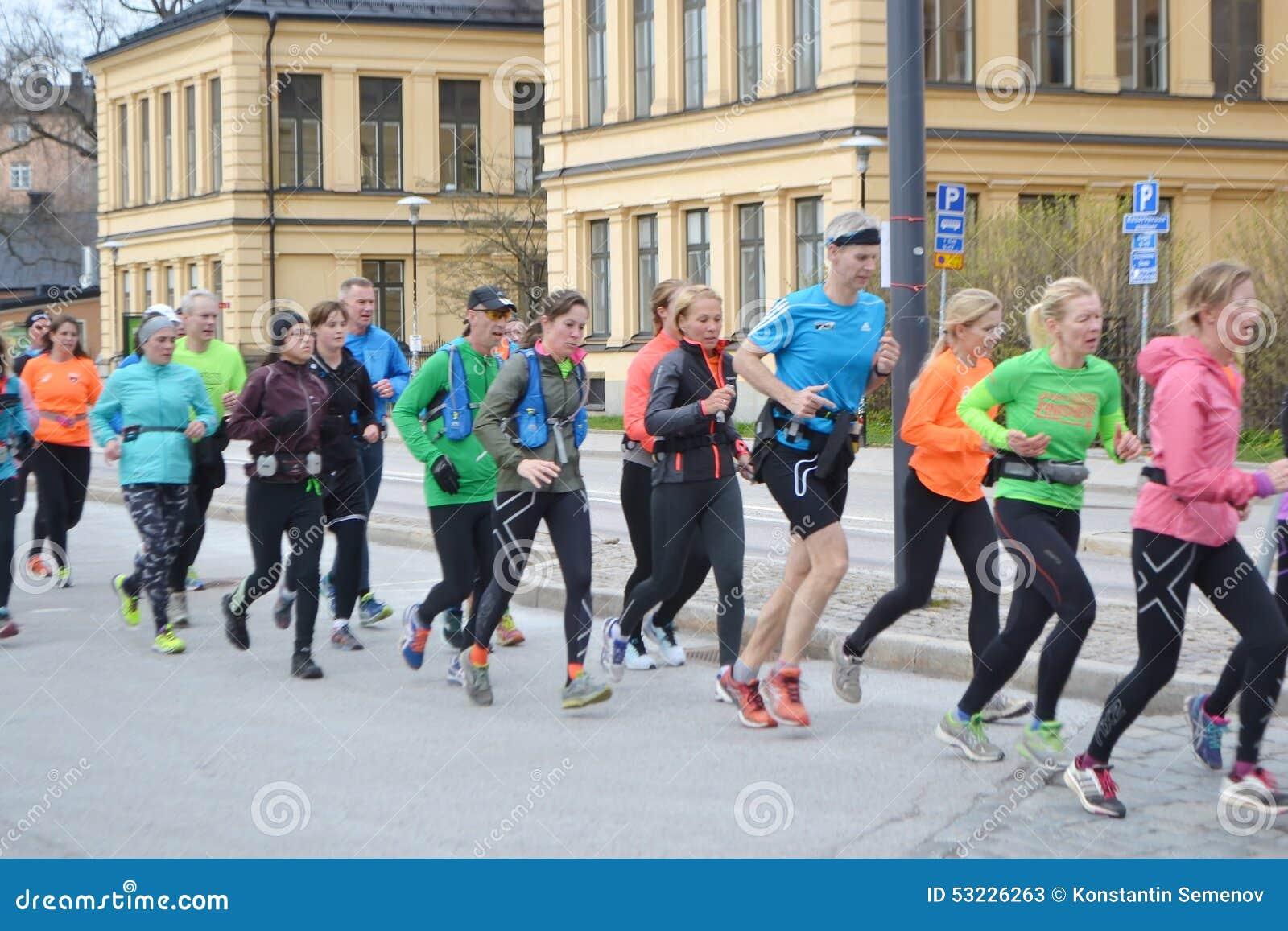 Grupo grande de corredores en la Estocolmo