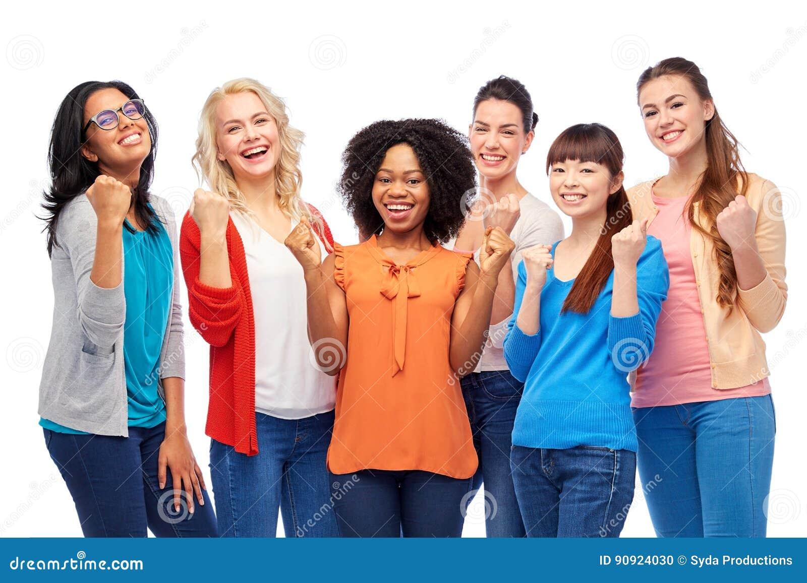 Grupo internacional de mujeres sonrientes felices