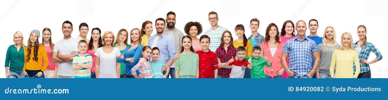 Grupo internacional de povos de sorriso felizes