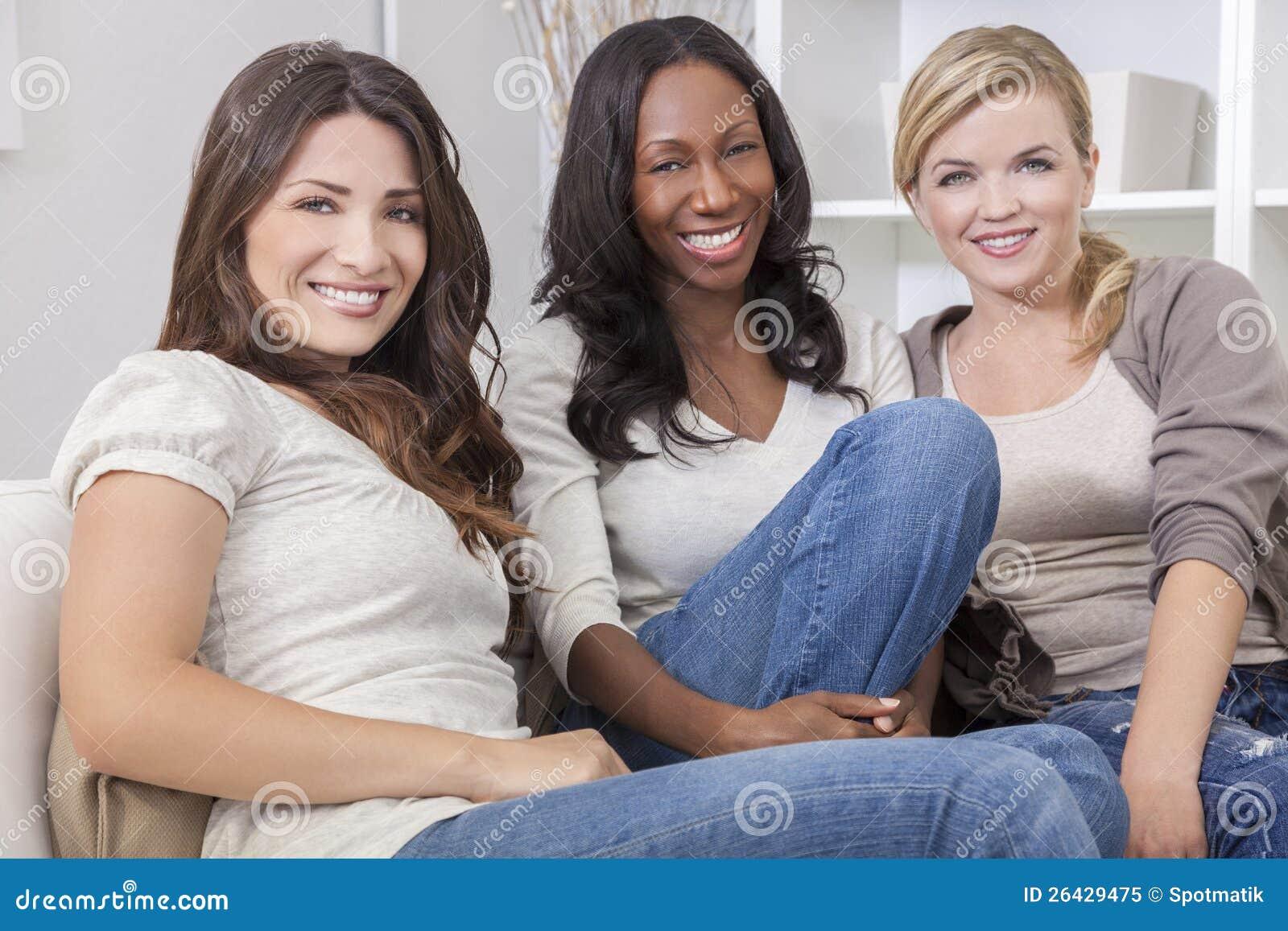 Grupo interracial de amigos hermosos de las mujeres