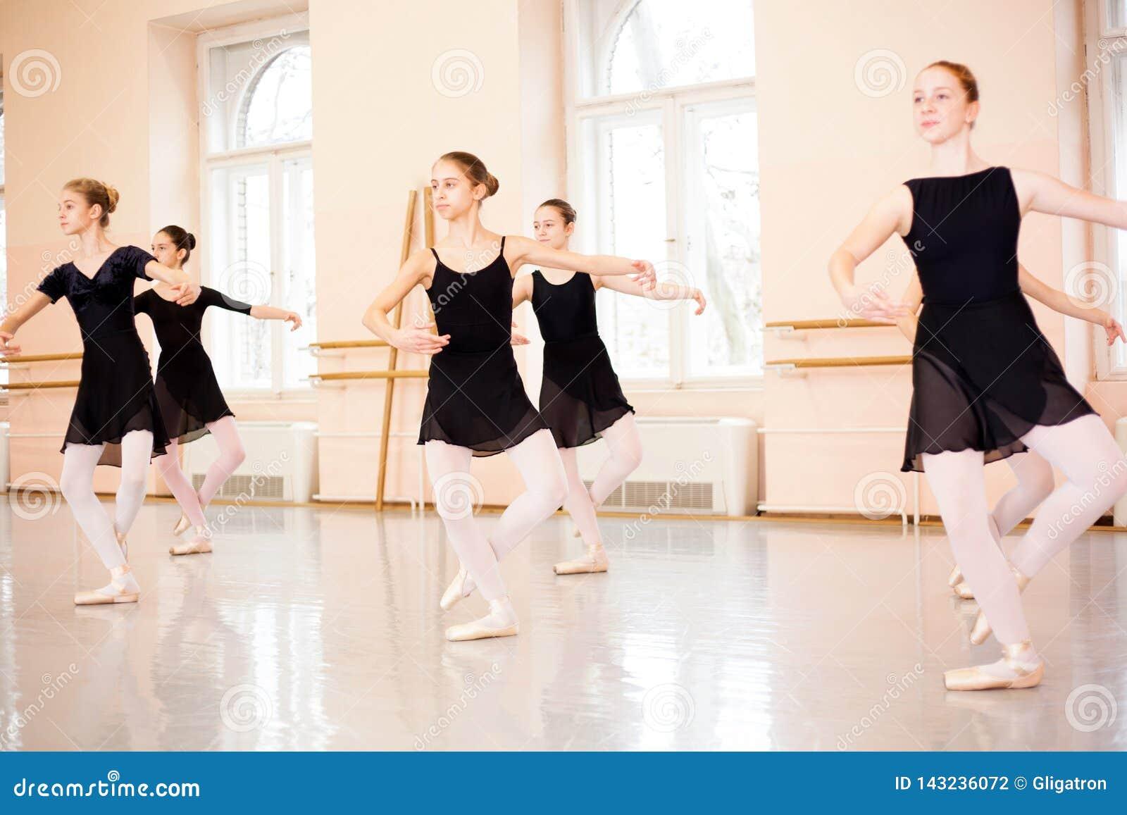 Grupo médio de adolescentes que praticam o balé clássico