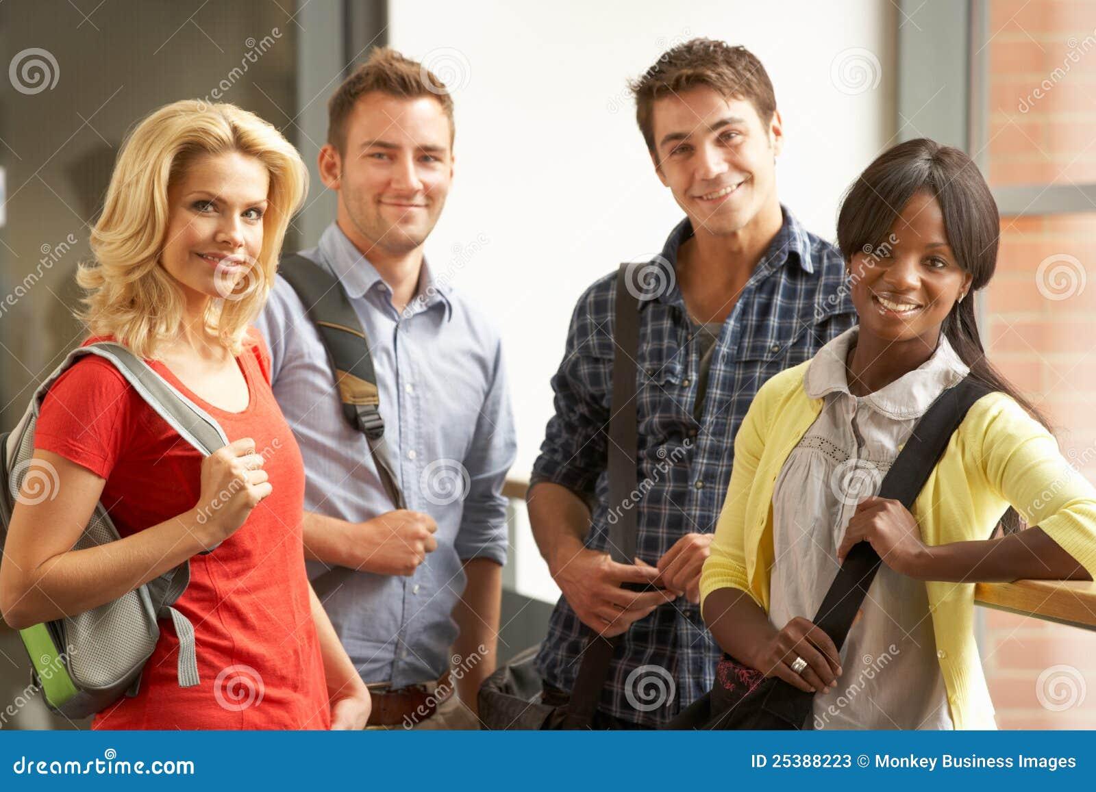 Grupo mezclado de estudiantes en universidad