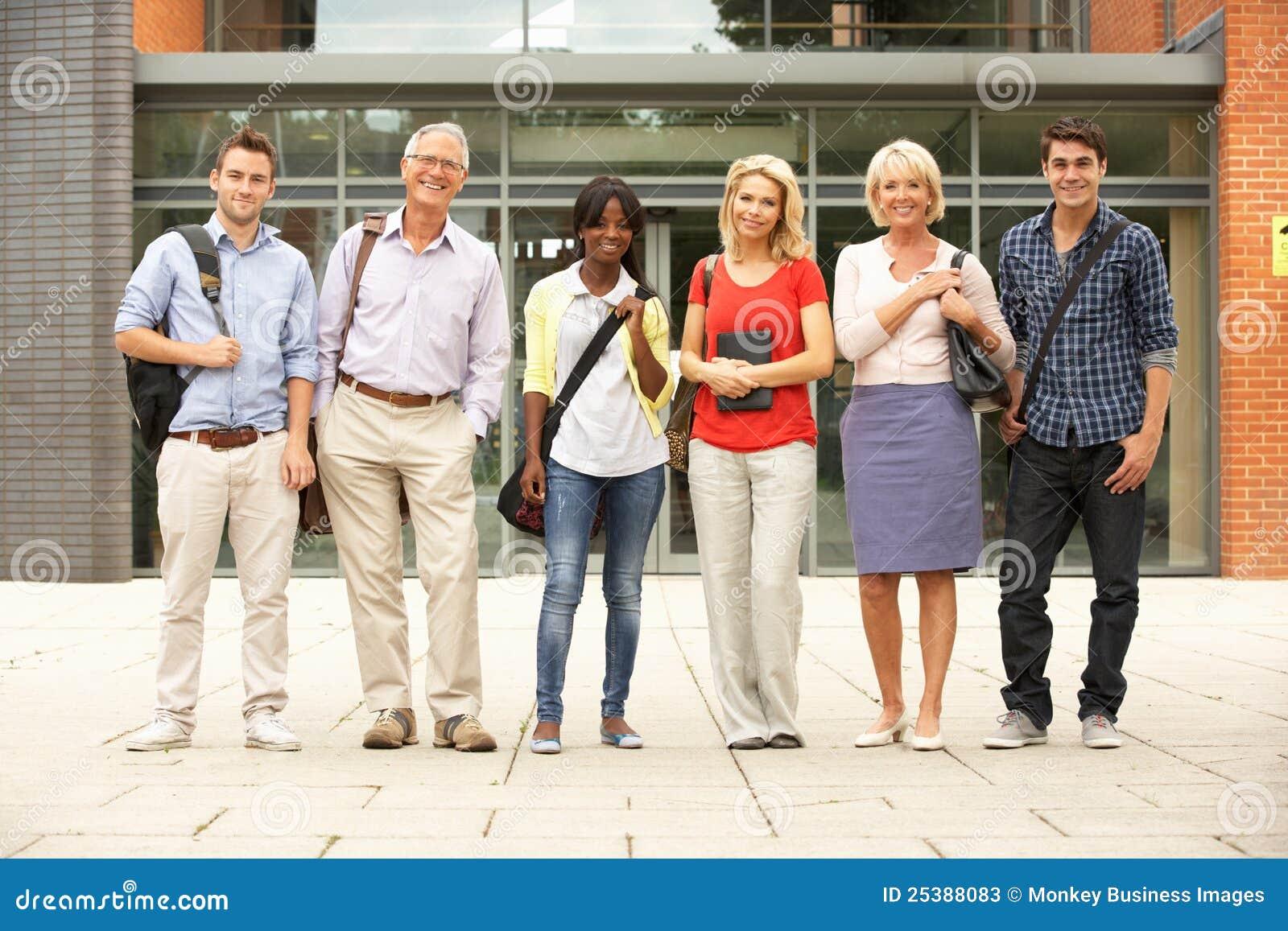 Grupo mezclado de estudiantes fuera de la universidad