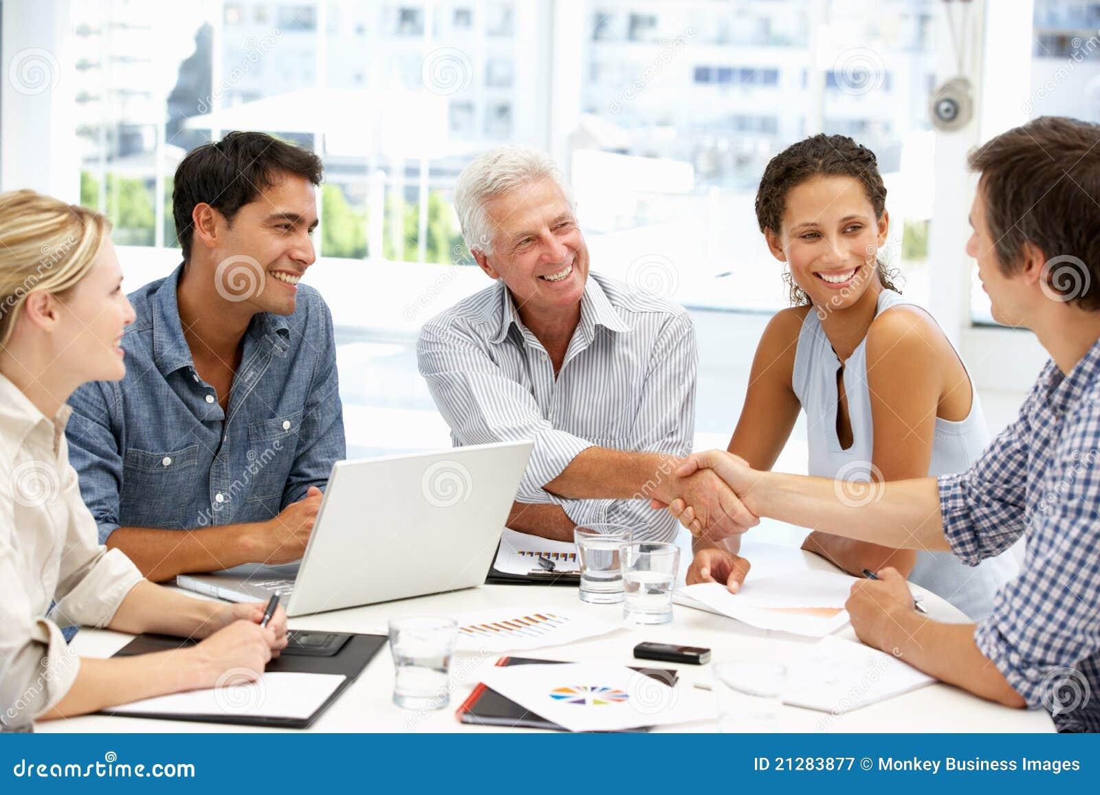 Grupo misturado na reunião de negócio
