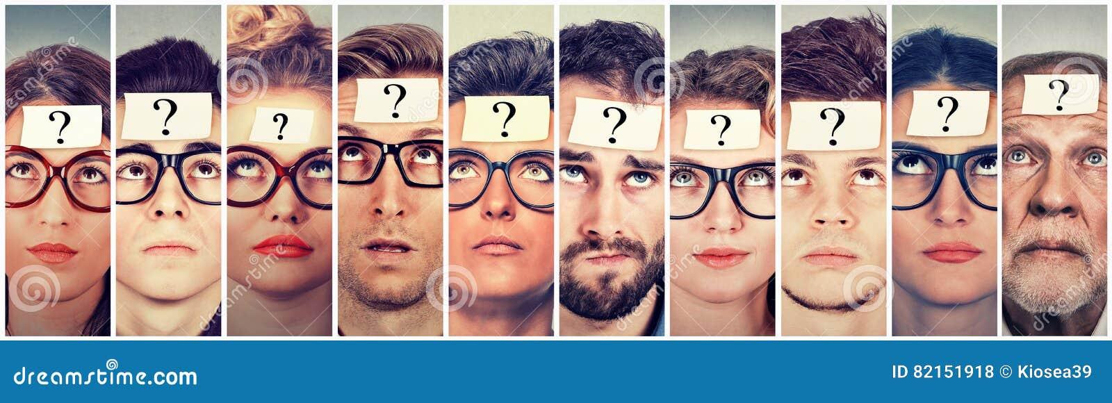 Grupo multiétnico de gente de pensamiento con el signo de interrogación