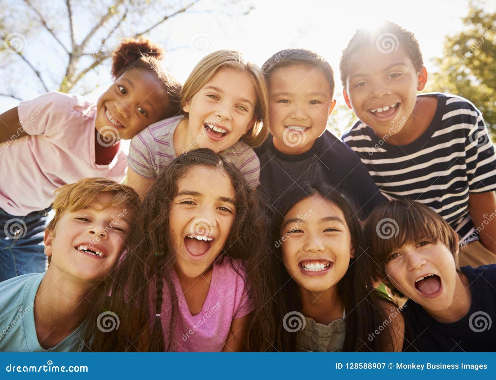 Grupo Multi-étnico de alumnos en viaje de escuela, sonriendo