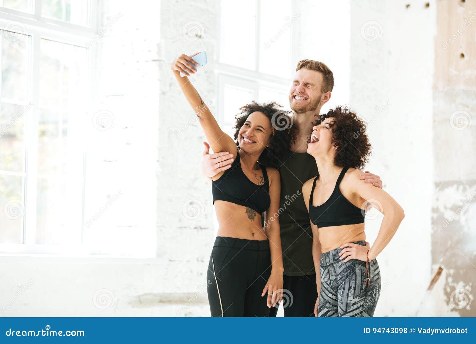 Grupo multicultural de amigos en ropa de deportes