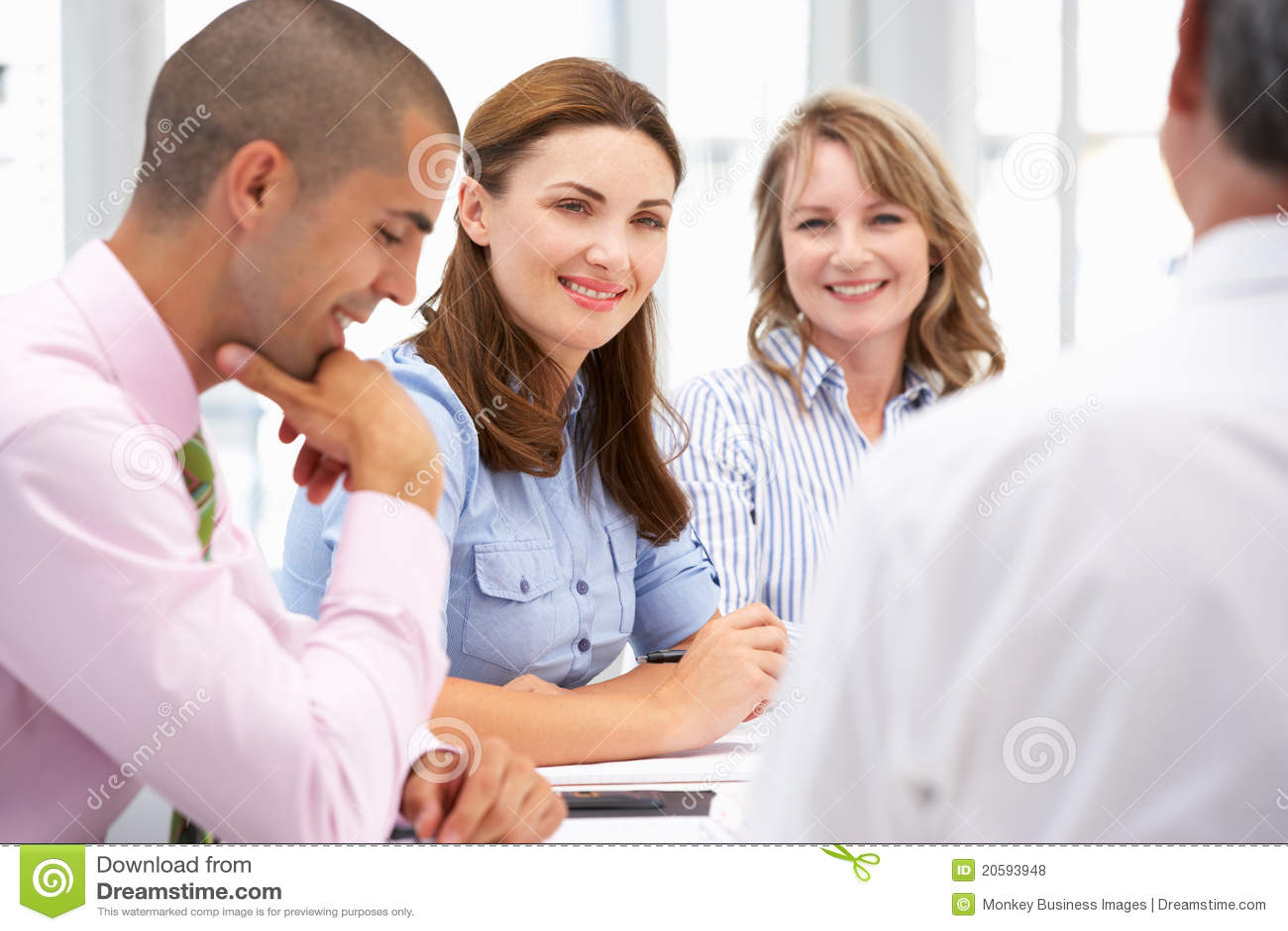 Grupo pequeno de executivos na reunião