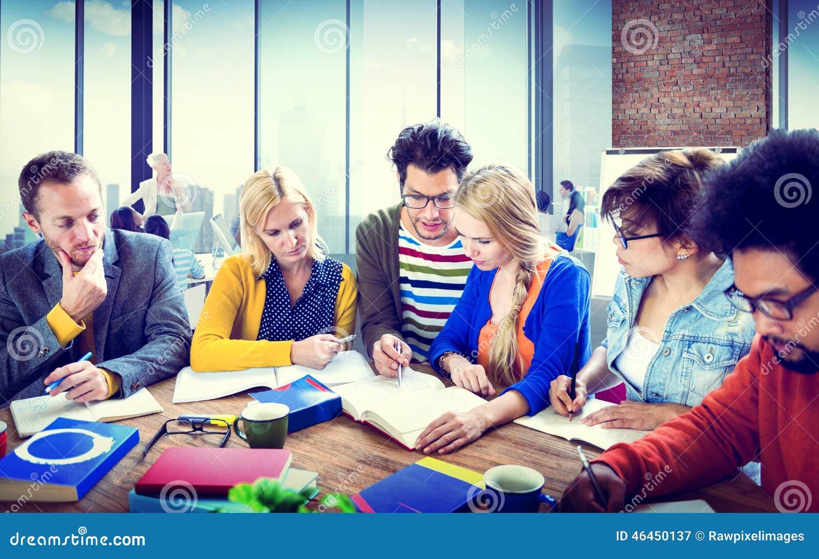 Grupo que aprende conceptos de la comunicación de la universidad