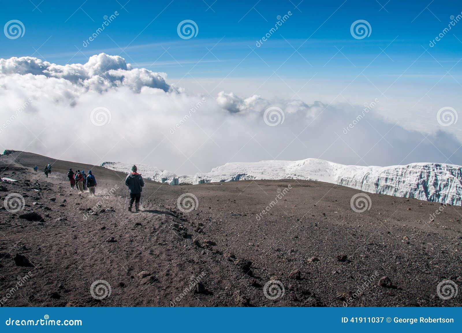 Grupo que desciende de la cumbre de Kilimanjaro
