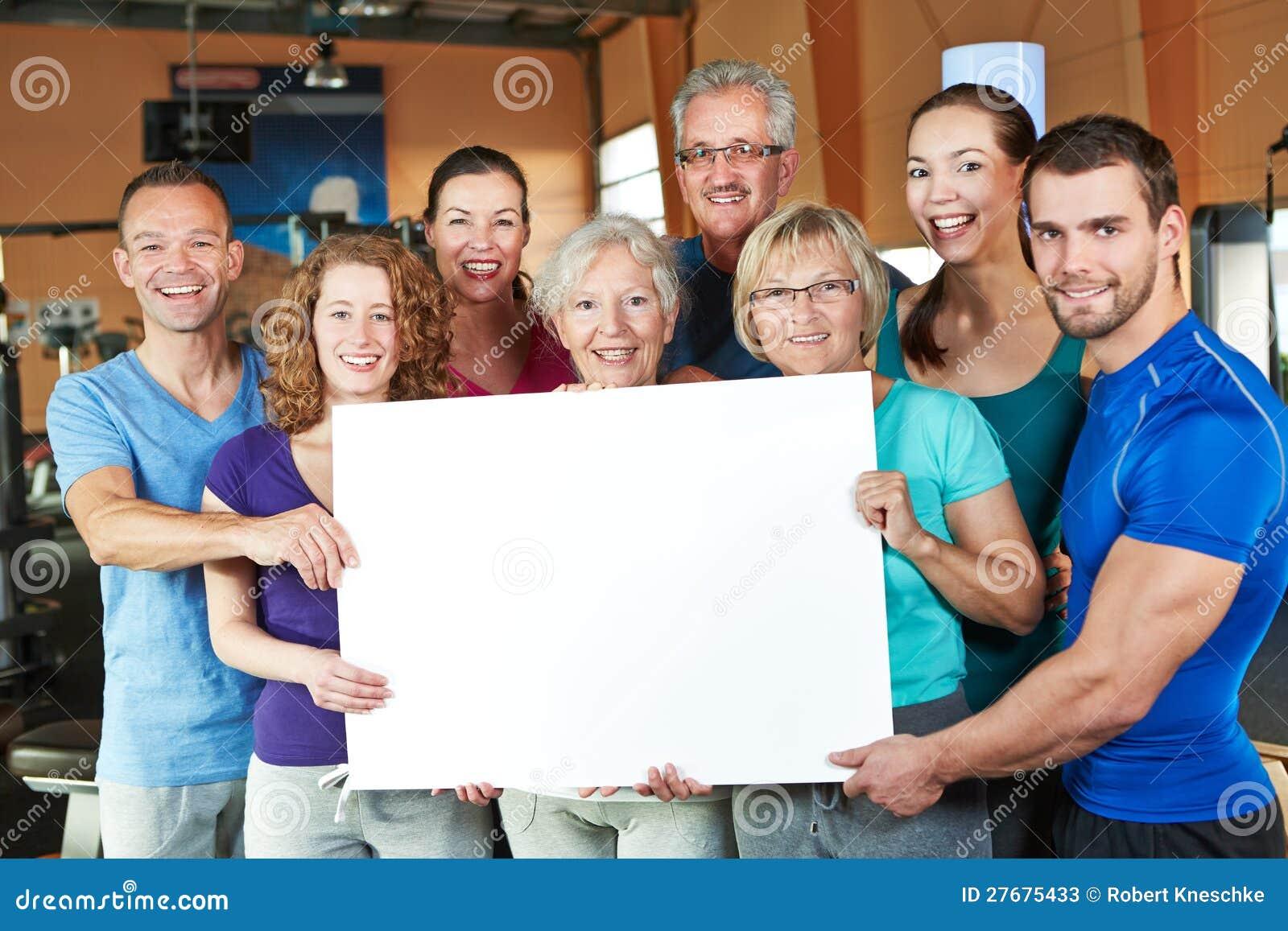 Grupo que sostiene el cartel vacío