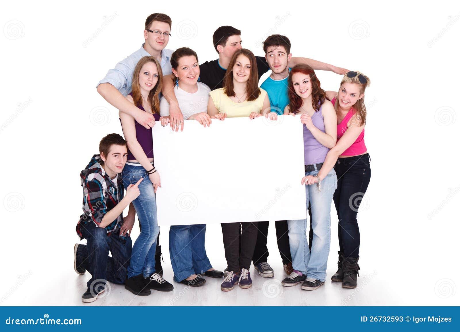 Grupo sonriente de amigos con la bandera
