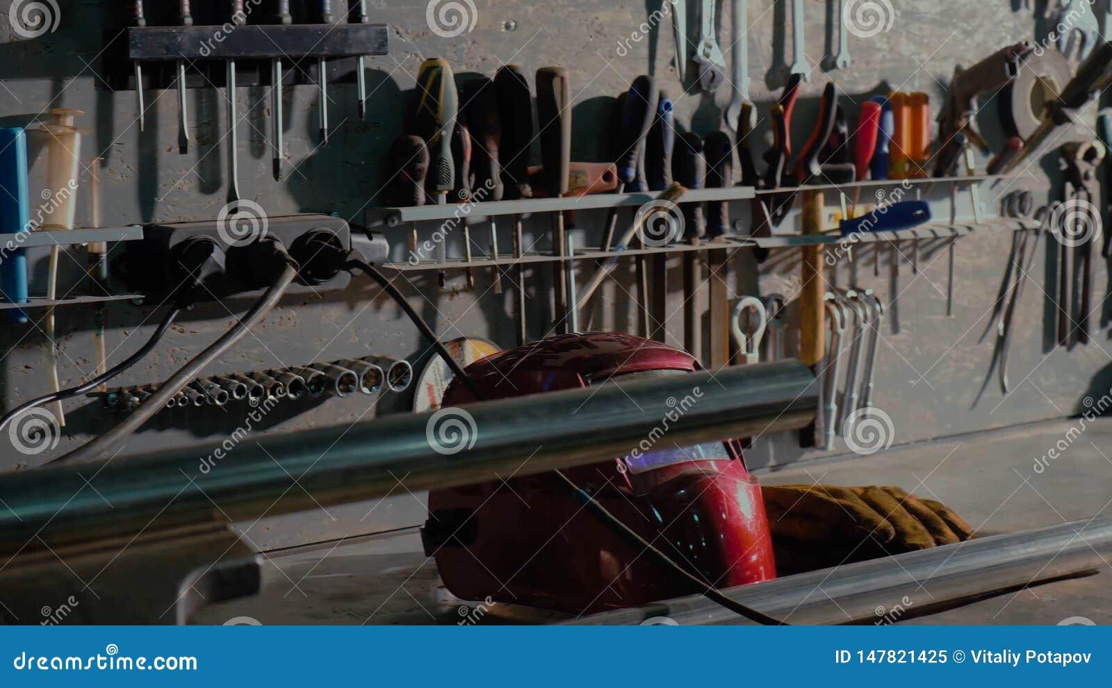 Grupo sujo de close-up das ferramentas e dos wrenchs da m?o na caixa Servi?o do carro da pintura da garagem Utilize ferramentas p