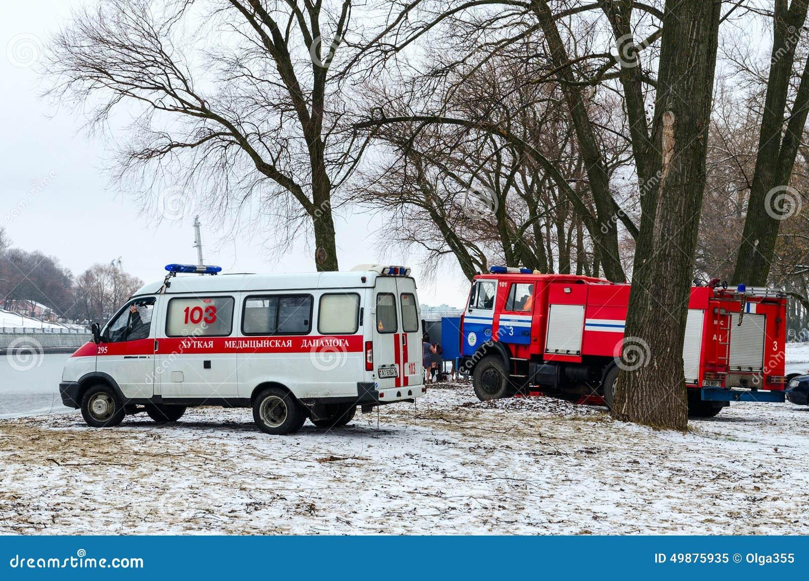 Grupos da ambulância e o ministério das emergências no local de encontro do carro