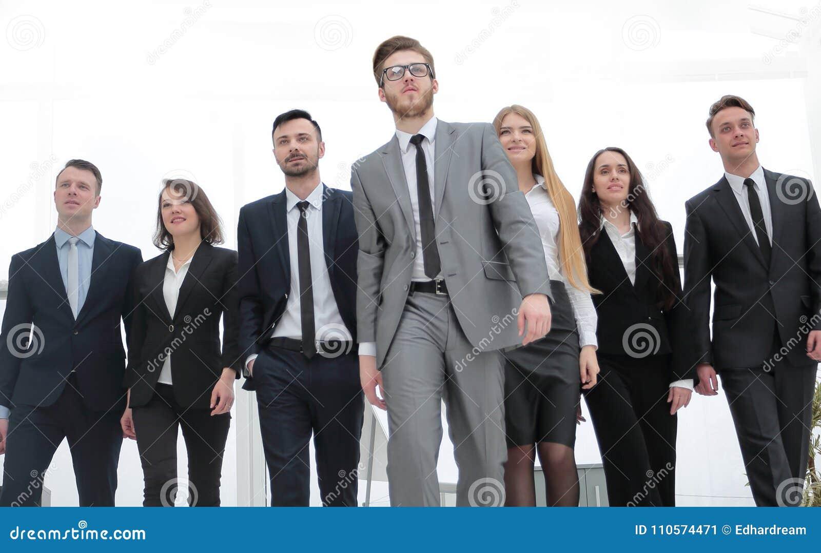 Grupowa fotografia lider i grupa ludzie biznesu