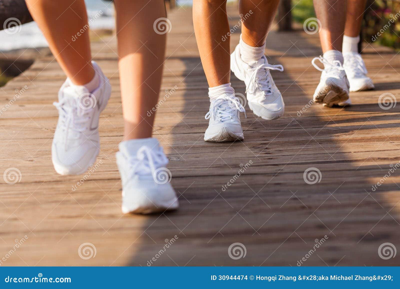 Grupowi ludzie chodzić