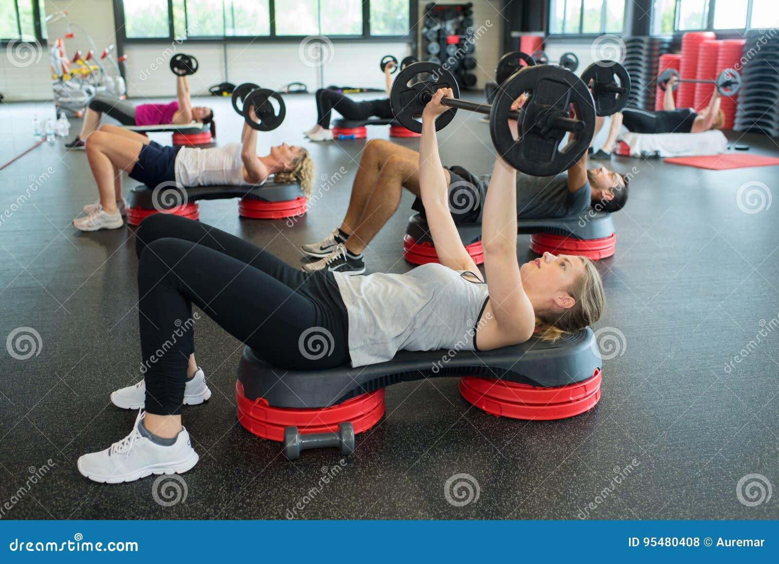 Grupowi ludzie dba out ćwiczenie z barem
