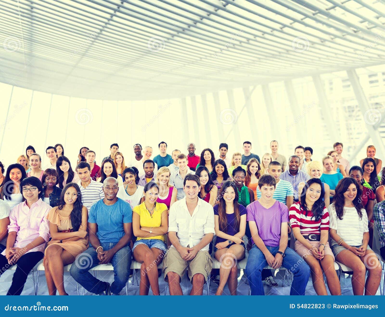 Grupowi ludzie tłum widowni Przypadkowego Stubarwnego Siedzącego pojęcia