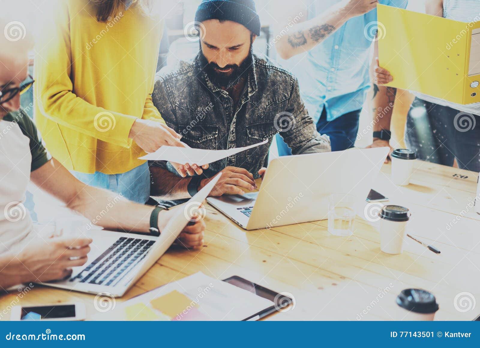 Grupowi Młodzi Coworkers Robi Wielkim decyzjom biznesowym Kreatywnie Drużynowego dyskusi pracy Korporacyjnego pojęcia Nowożytny P