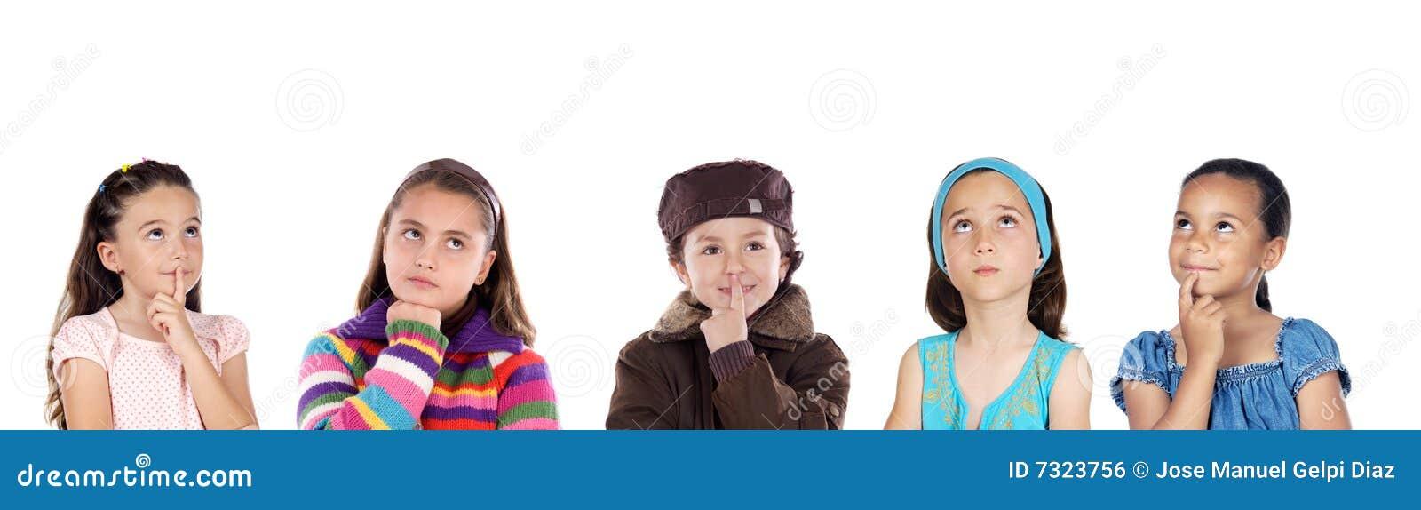Grupowy dziecka główkowanie pięć