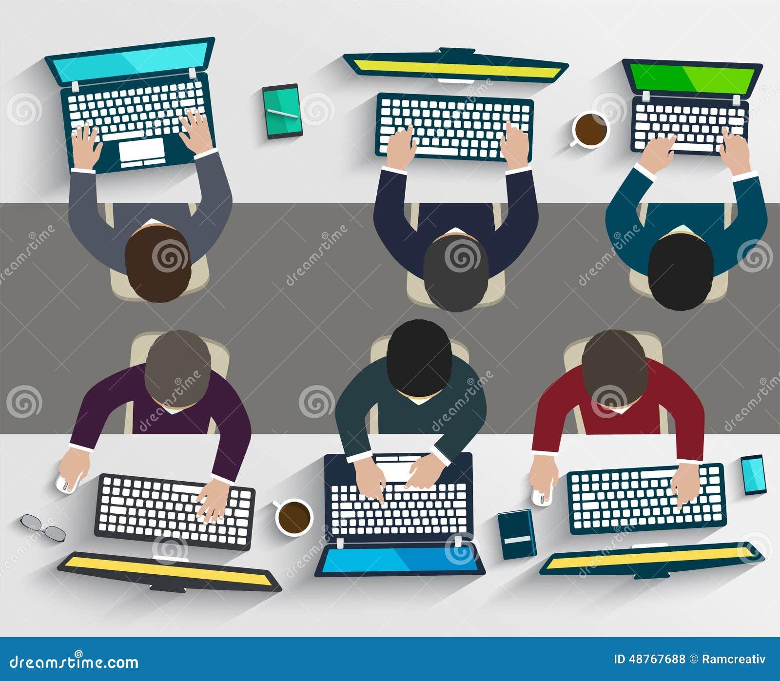 Grupp av affärsfolk som arbetar genom att använda digitala apparater