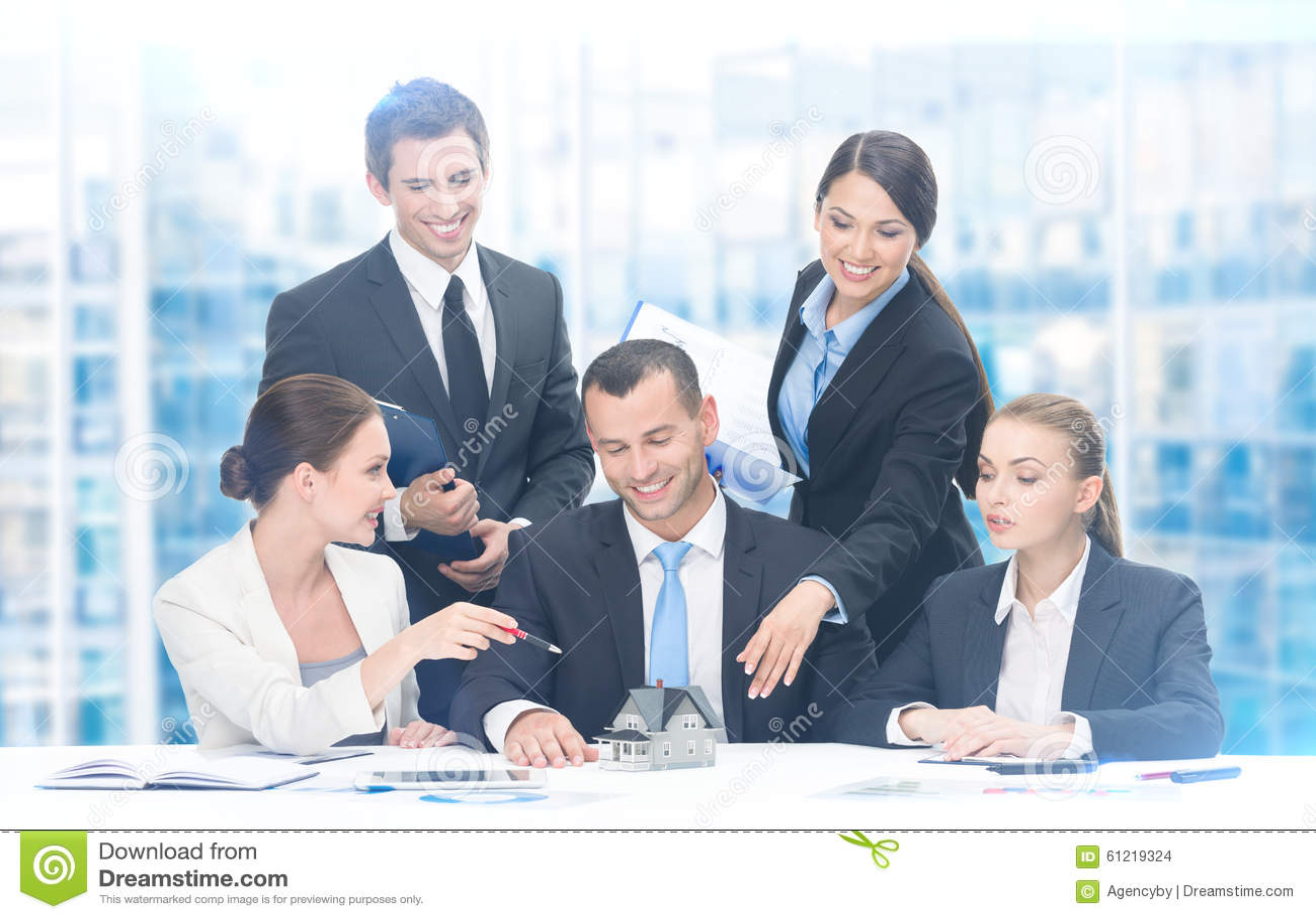 Grupp av affärsfolk som arbetar på nytt projekt