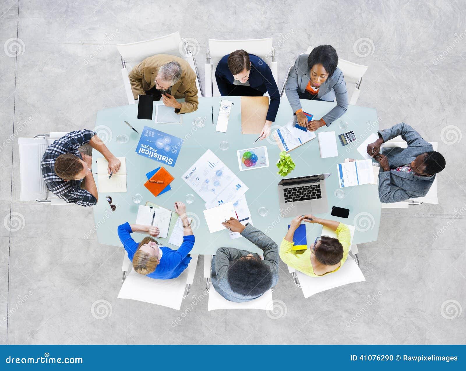 Grupp av affärsfolk som diskuterar affärsfrågor