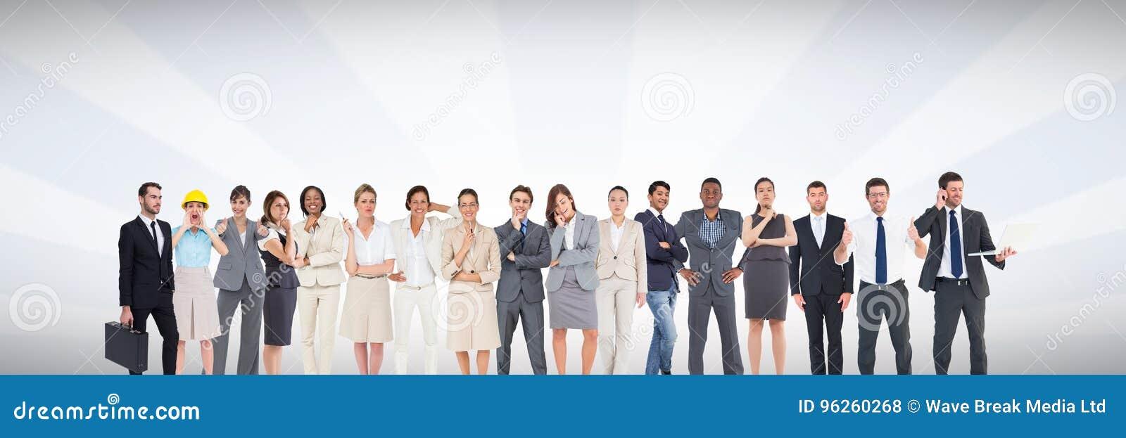 Grupp av affärsfolk som framme står av ljus grå bakgrund