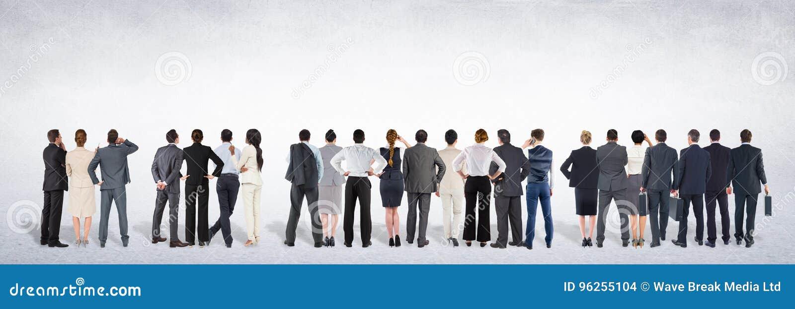 Grupp av affärsfolk som framme står av tom grå bakgrund
