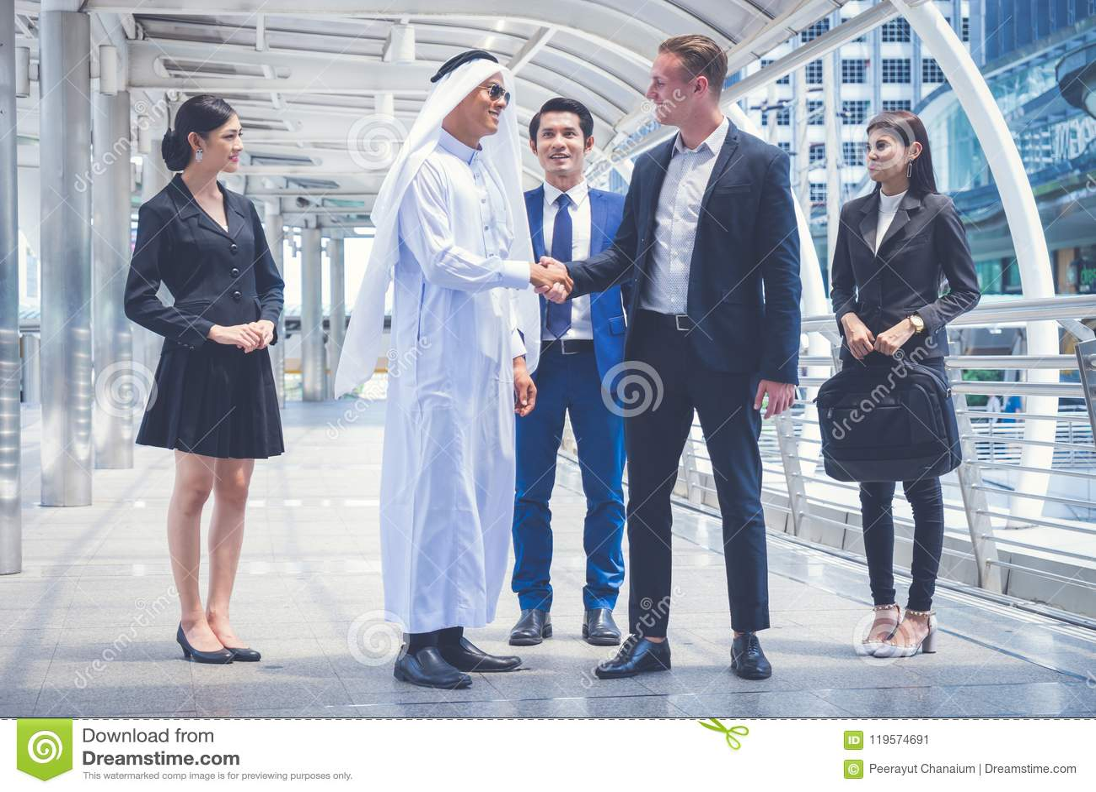 Grupp av affärsfolk som står i staden och diskuterar idéer för affärsframtid mång- kultur av affärsfolk