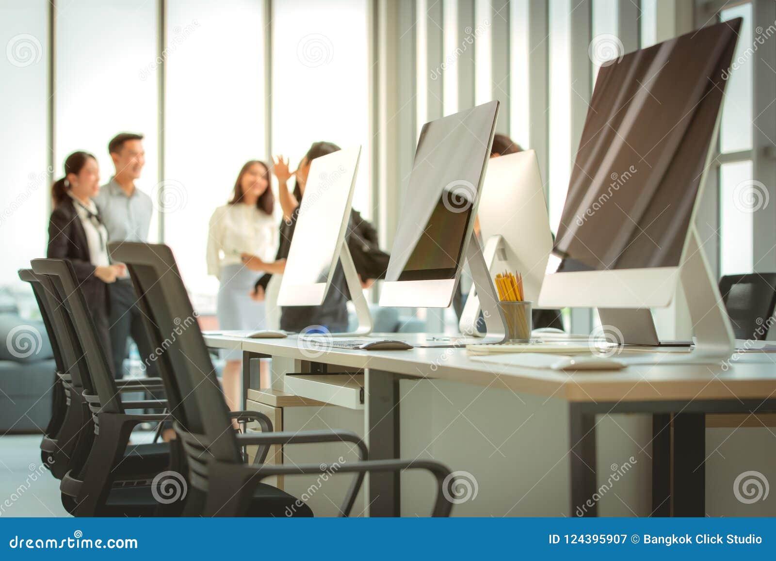 Grupp av affärsfolk som tillsammans möter i det moderna kontoret T