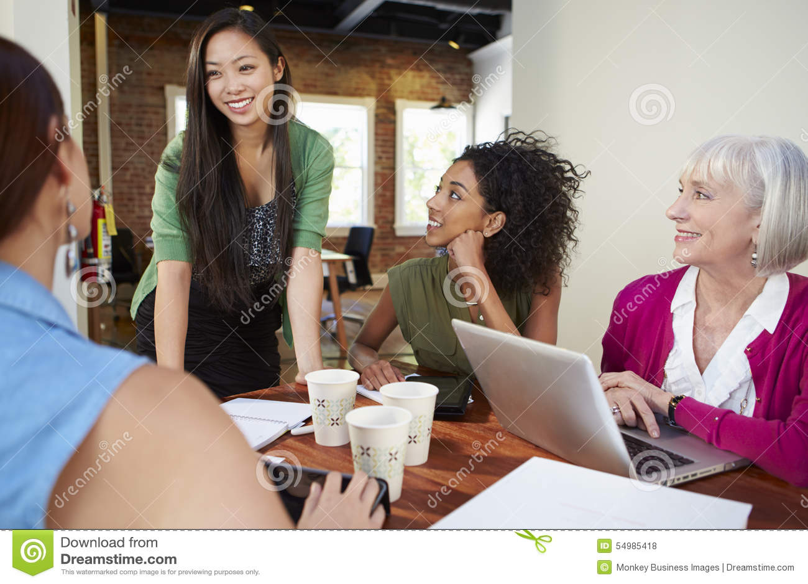 Grupp av affärskvinnor som möter för att diskutera idéer