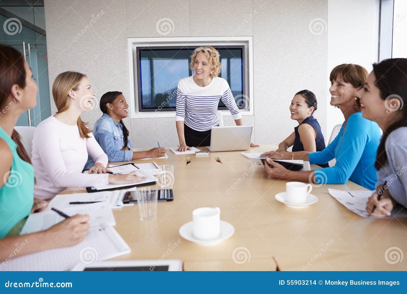 Grupp av affärskvinnor som möter runt om styrelsetabellen