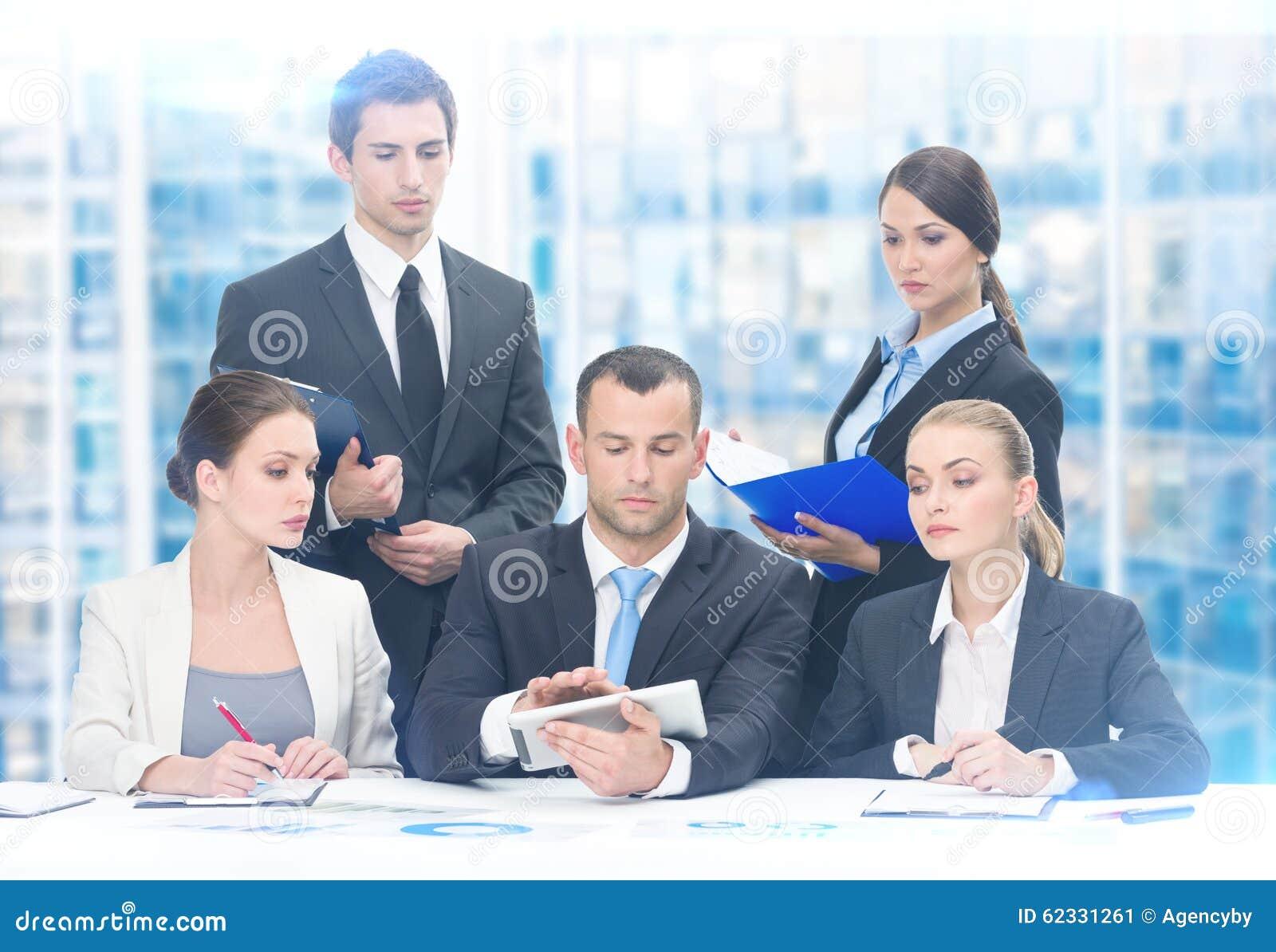 Grupp av affärslaget som arbetar på projekt
