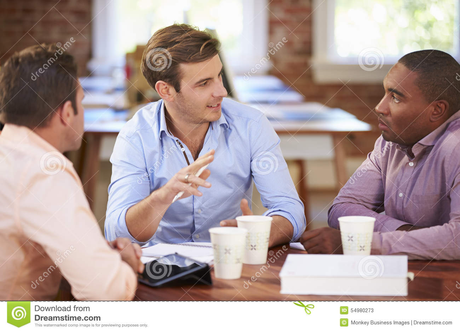 Grupp av affärsmän som möter för att diskutera idéer
