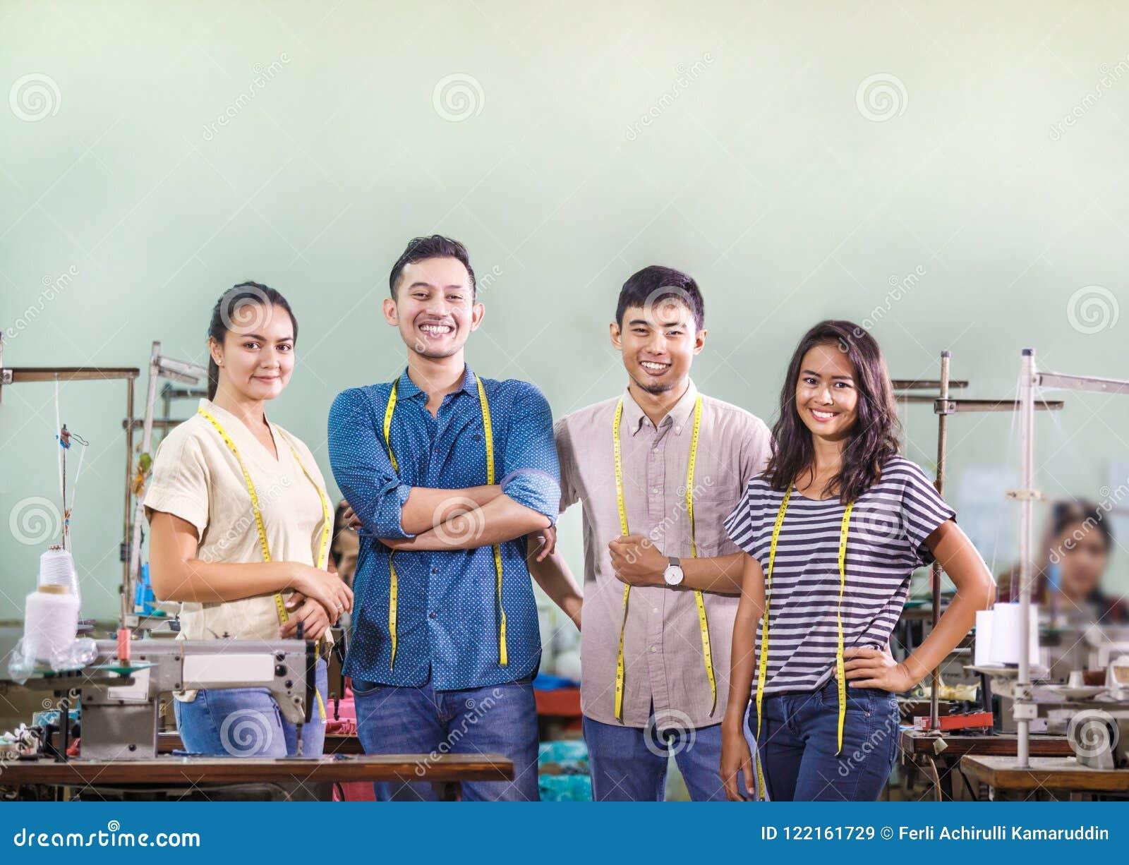 Grupp av arbetare i textilfabrik