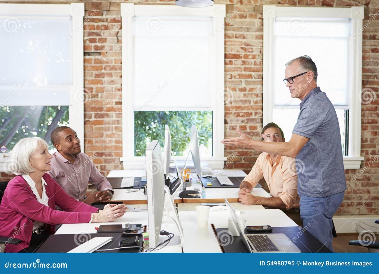 Grupp av arbetare på skrivbord i kontor för modern design