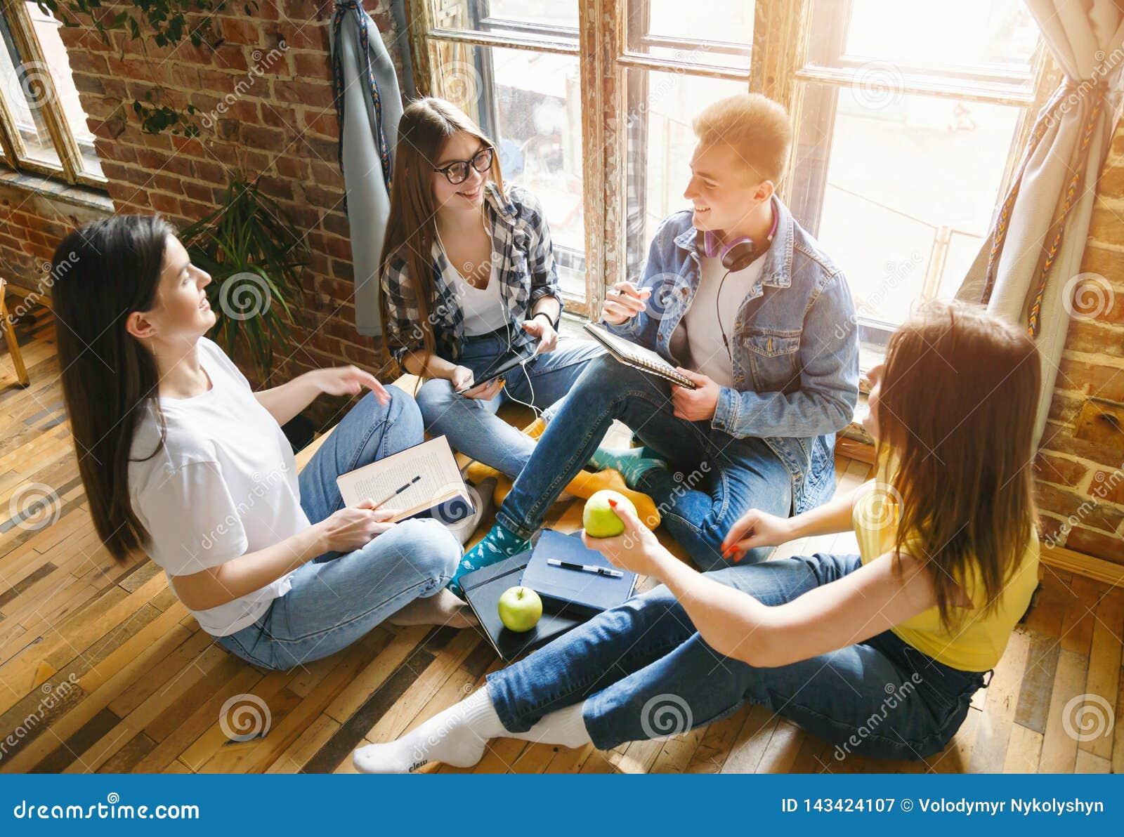 Grupp av att prata för studenter