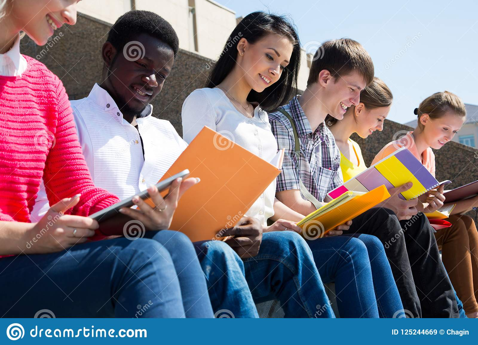 Grupp av att studera för universitetsstudenter